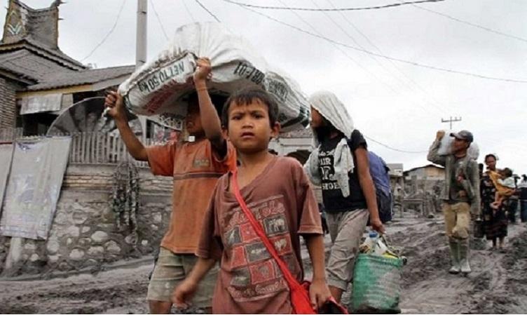 Mengalirkan Air Pasca Erupsi Sinabung
